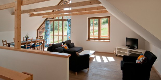 Chalupy k pronájmu na Šumavě - obývací pokoj a vstup na balkon
